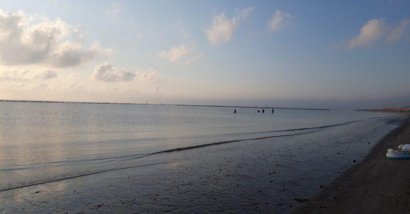Buongiorno: salutarsi anche in riva al mare, a passeggio, di mattina.